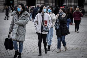 Des faux policiers arnaquent des chinois qui portent des masques pour se protéger du Coronavirus