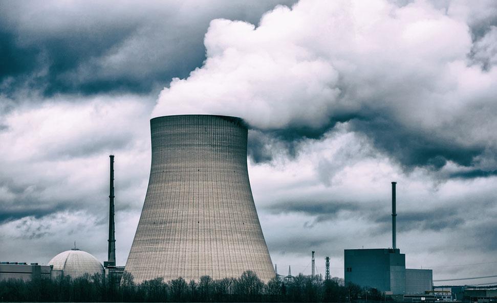 les risques environnementaux liés aux centrales nucléaires.